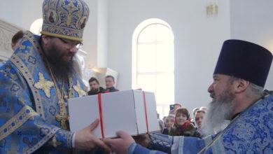 Photo of Подарок архиепископу Матфею в праздник Сретения Господня от прихода и Приходской школы «Вифания»